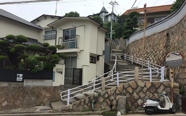 森本さんが「塩屋の尾道」と呼ぶ、洋館に導く細い階段(写真撮影/森本アリ)