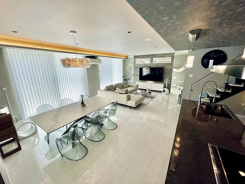 内装やインテリアにもこだわり、間接照明を多用したリビング・ダイニング・キッチン(画像提供/響介さん)
