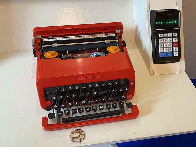 いしまるさんによると、オプションの機器類で当時最も高価だったのは「電卓」だという。いまの電卓と入力方法が異なる。タイプライターの貸出もあったという。(写真撮影/村島正彦)