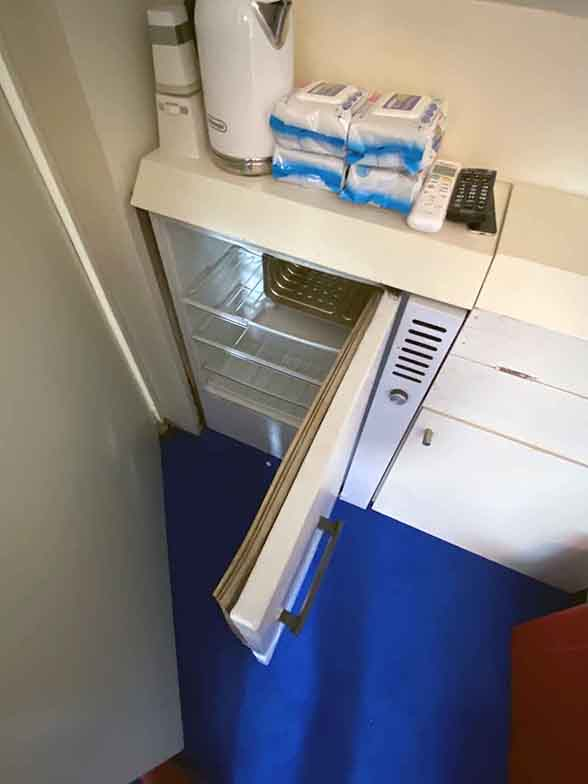 玄関脇に備えられた冷蔵庫。カプセルによってはミニシンクを備えるものもある(写真撮影/村島正彦)
