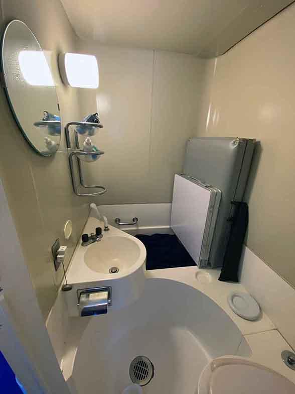 コンパクトに設計されたFRP製のユニットバス+トイレ。老朽化でお湯がでないので、バスタブを物置として使っている部屋が多いという。(写真撮影/村島正彦)