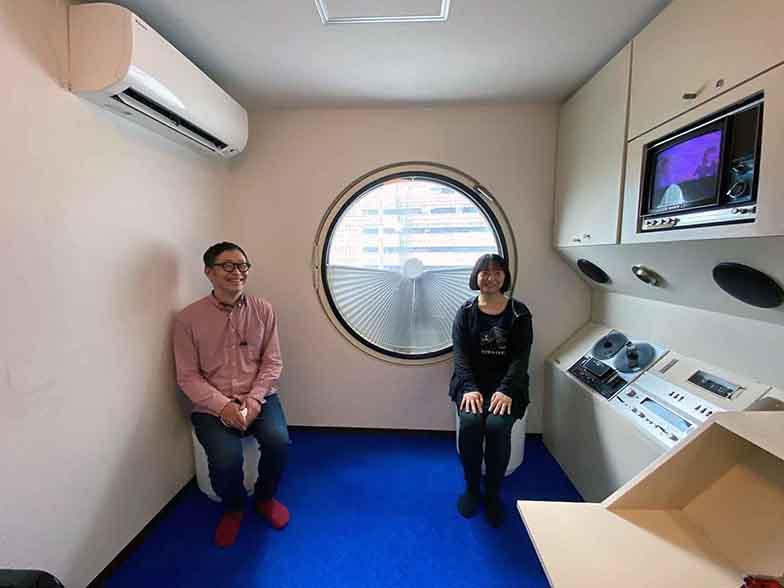 中銀カプセルタワービルA606プロジェクト代表のいしまるあきこさんと筆者(写真撮影/村島正彦)
