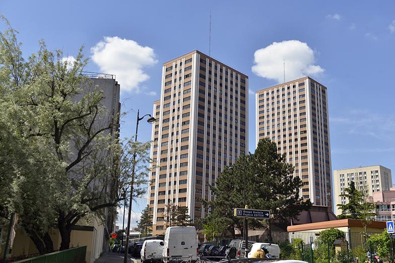 マラットさんが住んでいるのは、22階建ての高層マンションの14階。3棟同じデザインが並ぶ(写真撮影/Manabu Matsunaga)
