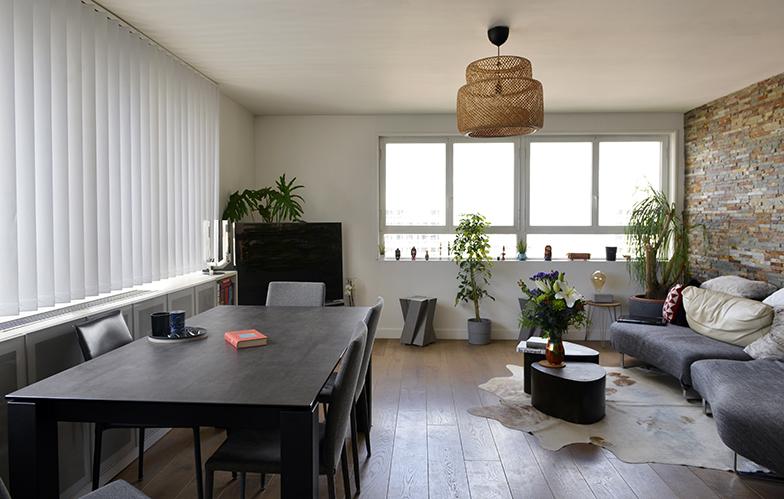 キッチンから見たサロンの様子。二面に窓があり、特に明るい場所(写真撮影/Manabu Matsunaga)