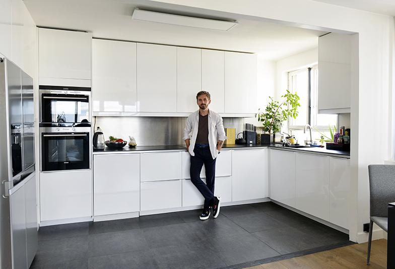 白色で統一された収納たっぷりのキッチンは、仕切りなしでサロンとつながっている(写真撮影/Manabu Matsunaga)