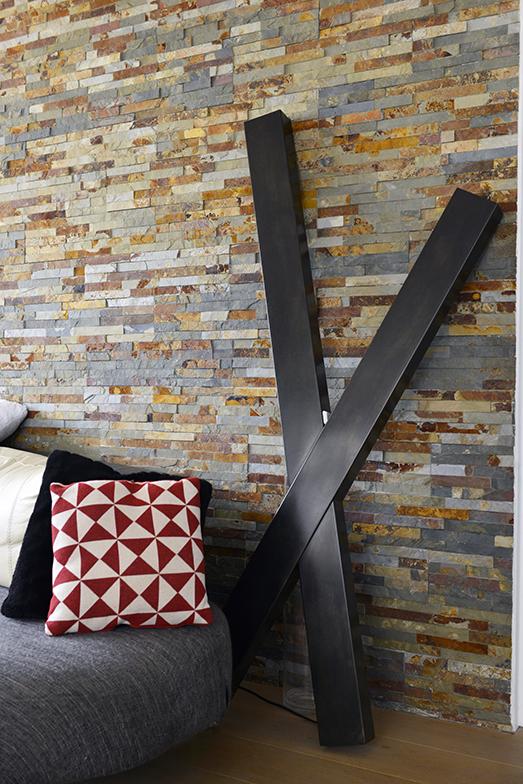 「X」のオブジェはアーティストの1点ものでランプが取り付けられています。ソファーのクッションはいろいろな国で購入したもの。赤と白のクッションは2年前にマダガスカルで(写真撮影/Manabu Matsunaga)