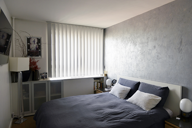 自分たちの寝室はグレーで統一。「整頓された空間で眠るのが好きなので、私の部屋は常に整理されています」とマラットさん。やはりこの部屋の窓際にも本が収納されていました(写真撮影/Manabu Matsunaga)