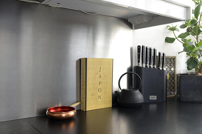 オスロのフリーマーケットで小さな赤い銅の鍋を購入。本は非常に質の高い版のアートブックで知られるファイドン出版が編集した日本料理の本。「これは私の心に強く訴える料理の聖書です」(マラットさん)(写真撮影/Manabu Matsunaga)