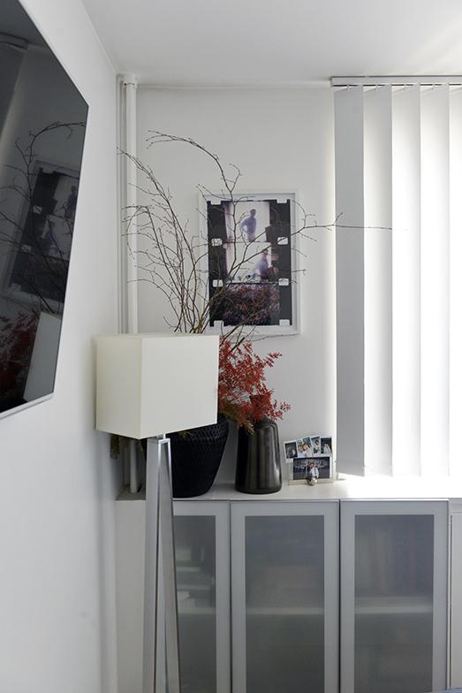 自分たちの寝室の壁には、アメリカ人の映像作家、詩人、活動家のジョナス・メカスが撮影したピエル・パオロ・パゾリーニの写真が飾ってありました。花瓶には3、4カ月ごとにパリで今流行りのドライフラワーで活け直すそう(写真撮影/Manabu Matsunaga)
