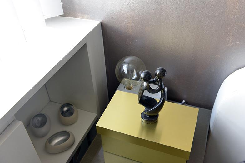 ベッドサイドの金の箱には絵の具を収納。客室は普段使われていなかったので収納場所としても活用。絡み合う二人のオブジェは友人からの贈り物(写真撮影/Manabu Matsunaga)