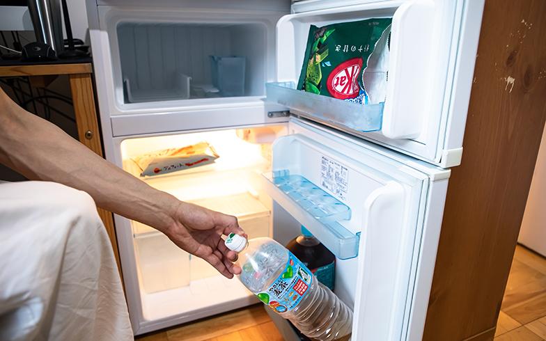何気なく冷蔵庫の中を見せてもらった。「お茶とチョコレートしかないっすよ。キットカットとアルフォートが好きで」。ストイックな生活である(写真撮影/片山貴博)