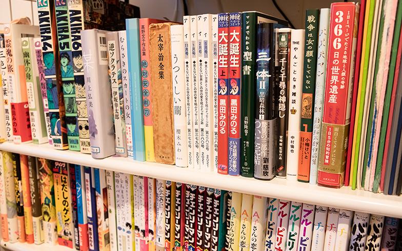 本棚のラインナップが渋すぎる。10年ほど前に人気が爆発した中国のSF、『三体』が目を引く(写真撮影/片山貴博)