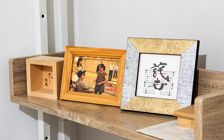 当時の写真と先生の書は室内の一等地に飾ってあった(写真撮影/片山貴博)