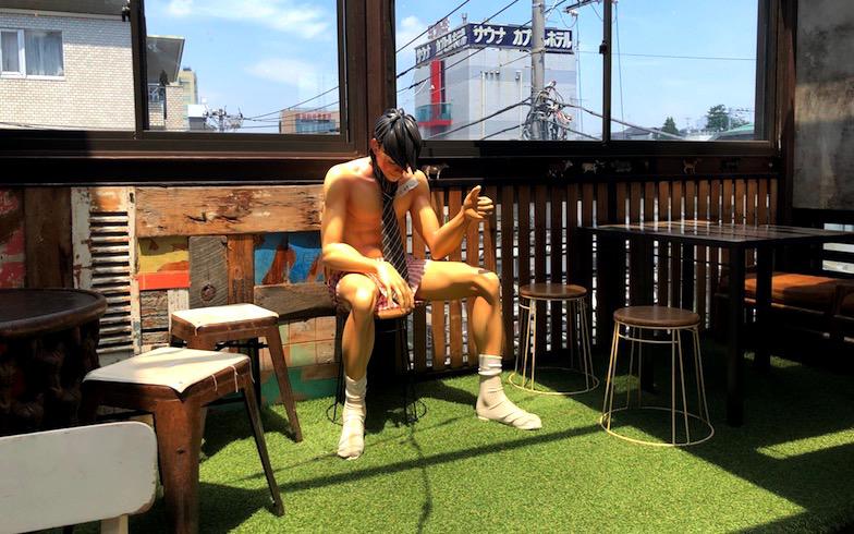 テラスのベンチでは矢吹ジョーが出迎えてくれる(写真撮影/石原たきび)