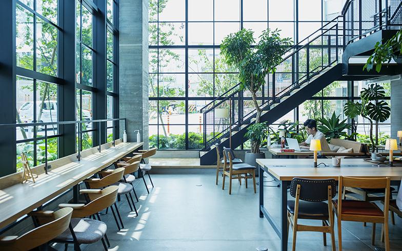 明るい光が差し込む1階の共用スペース(写真撮影/相馬ミナ)