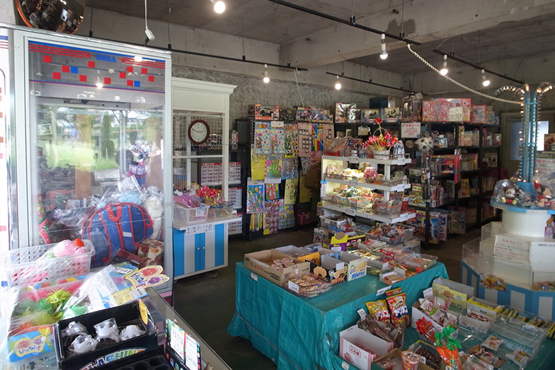 2代目「ぐりーんハウス」の店内。おもちゃと駄菓子のほか、ゲーム機も置かれていました(写真提供/除村さん)