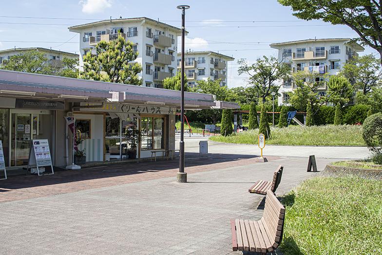 店舗の隣は広場。向かいにはベンチがあり、買いものの合間にホッとひと息つけます(写真撮影/中村晃)
