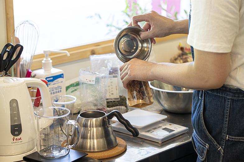 今は週一回、ほぼ金曜に「ネコとコーヒーを愛するお菓子屋さん」が出店中。「お客さまの反応を見られるのが嬉しいです」と店主の永山裕子さん(写真撮影/中村晃)