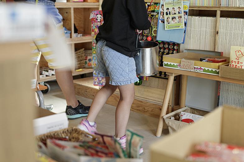 お店の奥の本棚の裏がオフィスですが「子どもの興味のきっかけになれば」と資料となる建築の専門書を店側に並べています(写真撮影/中村晃)