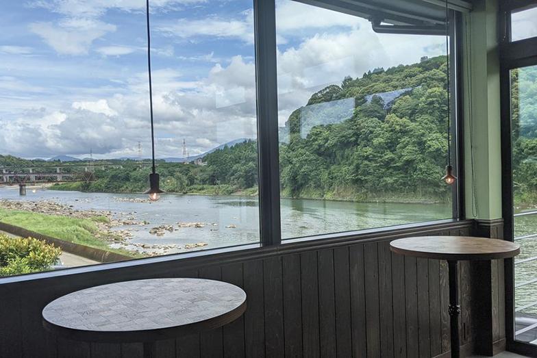 2階の窓からは、球磨川周辺の景色が一望できる(写真撮影/SUUMOジャーナル編集部)