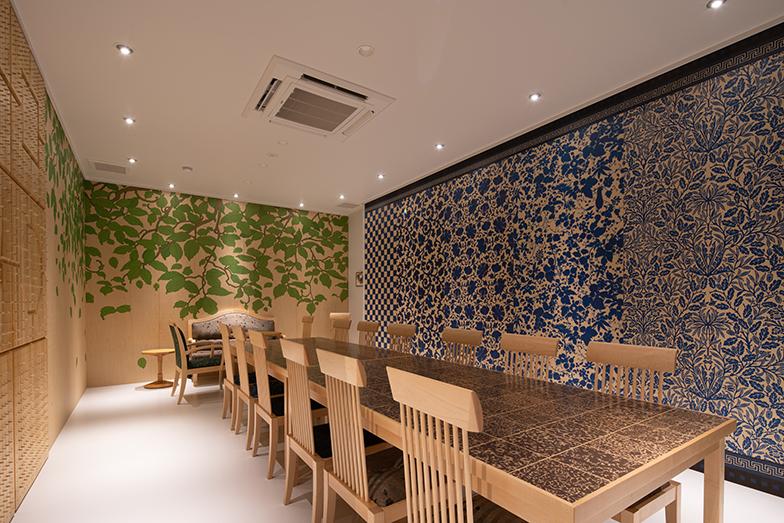 日本初のクルーズトレインで有名な「ななつ星in九州」のデザイナー水戸岡鋭治氏がデザインした会議室(写真提供/タムタムデザイン)