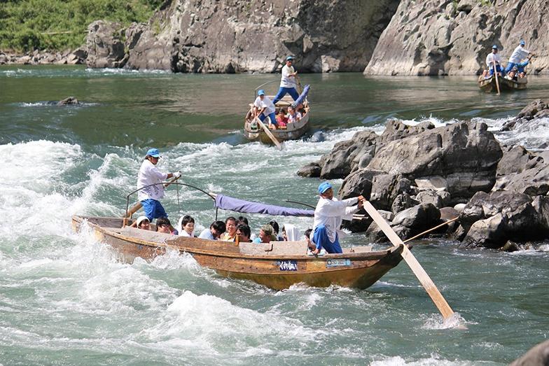 水害前の球磨川くだりの様子。船頭の熟練の技で舟の舵をあやつって急流をくだる(写真提供/球磨川くだり)