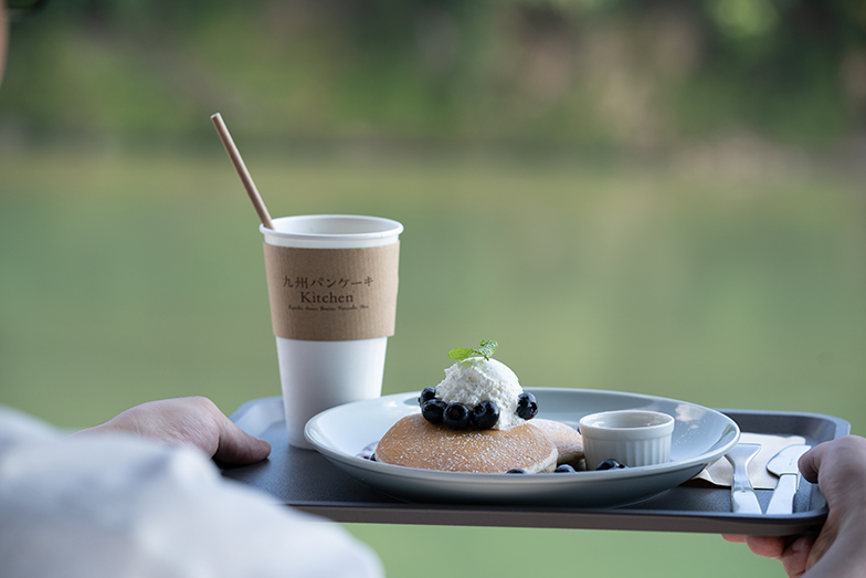"""九州の素材でつくられた""""ふわもち""""の食感が特徴の九州パンケーキ。村岡さんは、「ONE KYUSHU」を掲げ、九州ブランドの商品開発をしている(写真提供/タムタムデザイン)"""