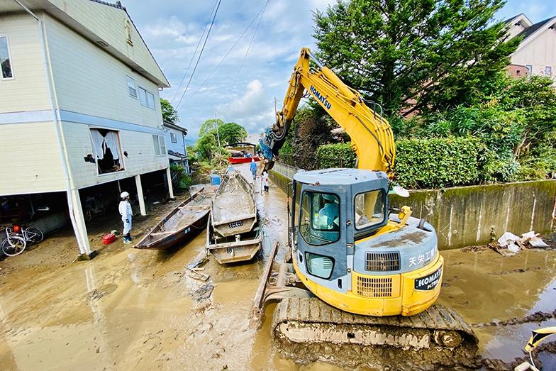 2020年7月4日の豪雨災害で壊滅的被害を受けた人吉エリア。街の半分以上が浸水した。ショベルカーで汚泥を撤去している様子(写真提供/球磨川くだり)