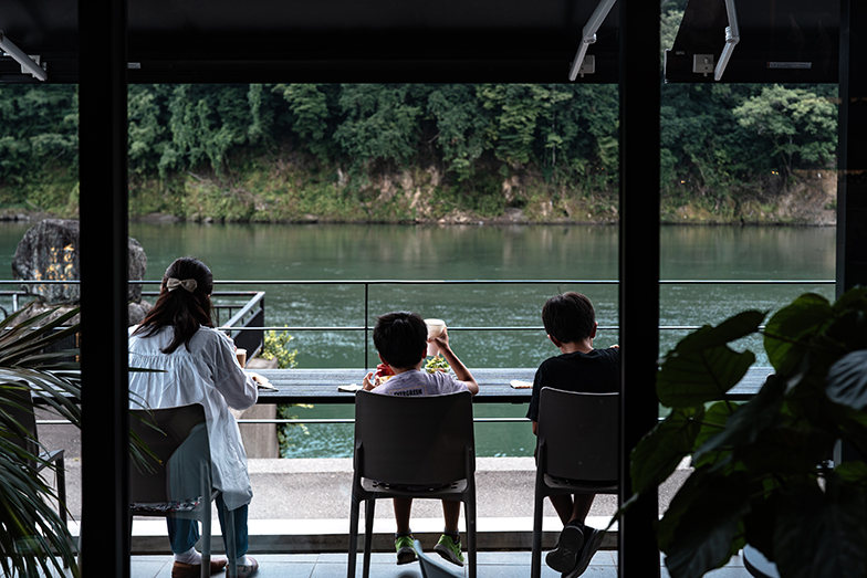 来場者が、川を背景に料理撮影するシチュエーションを考えて建物がデザインされている(写真提供/タムタムデザイン)