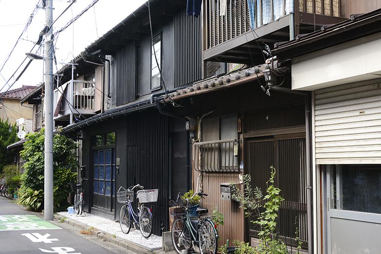 奥は千葉大学の学生らが手がけたシェアハウス「すみだアカデミックハウス」。収益性を見込みにくい長屋の課題を払拭した画期的なケース(写真撮影/内海明啓)