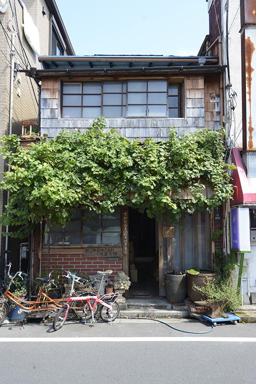 築96年になる後藤さんの事務所。向かいの建具屋の方が植樹してくれた葡萄のツルが風情を加えています(写真撮影/内海明啓)