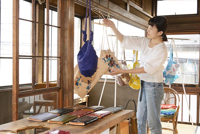 作品づくりのために問屋や職人が近くにいる京島にアトリエを構えた「totokoko(トゥートゥーコッコ)」デザイナーの工藤智未さん。「何かをするときに協力してくれる人がたくさんいるのがいいですね」(写真撮影/内海明啓)