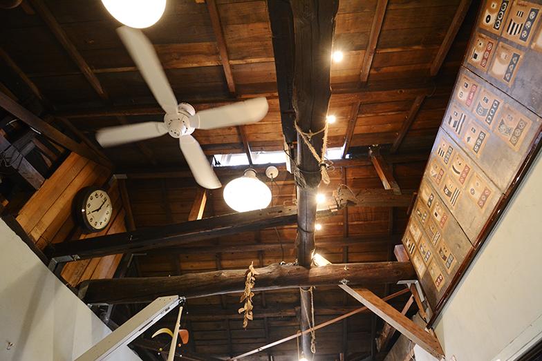 1925年に建てられたかつてのブリキ職人の家屋の内部(現後藤さんの事務所)。屋根裏の目隠しの屏風がユニーク(写真撮影/内海明啓)