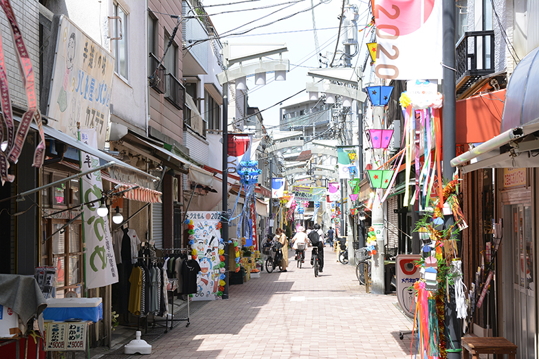 京島を代表するスポット「キラキラ橘商店街」。コッペパン専門店「ハト屋パン店」をはじめ、趣あるお店が並びます(写真撮影/内海明啓)