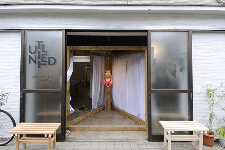 フリースペース「untitled space」兼オフィス「STUDIO WASABI ARCHITECTURE」の入口。地元の人がくつろげるよう軒先にベンチを置き、週末は三角スペースまでをまちに開いています(写真撮影/内海明啓)