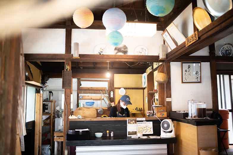 tu.ne.Hostel隣の「常そば」は、夏の間、期間限定で「SOMEN BAR」に(写真撮影/ヒロタケンジ)