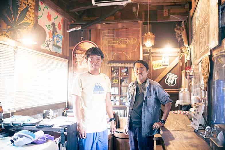 この建物のリノベーションを進めたWEEKENDオーナーの上野彰一さん(右)と、合同会社すこっぷの白井健さん(左)(写真撮影/ヒロタケンジ)