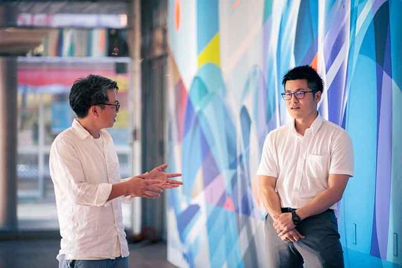 漆原さんとともにリノベーションまちづくりを進めてきた一人、地場企業の後継者の一人でもある本間裕二さん(右)。駅前の空きテナントビルを利活用するプロジェクトを進める(写真撮影/ヒロタケンジ)