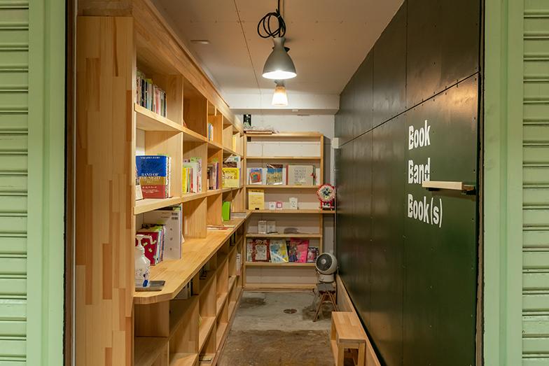 黒崎商店街のお店や住民たちによるコミュニティが運営する無人の古本屋も登場(写真撮影/加藤淳史)