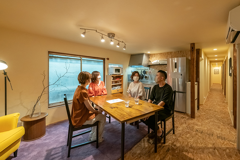 写真右から田村さん、福岡さん、入居者の堀さん、奥迫さん(写真撮影/加藤淳史)