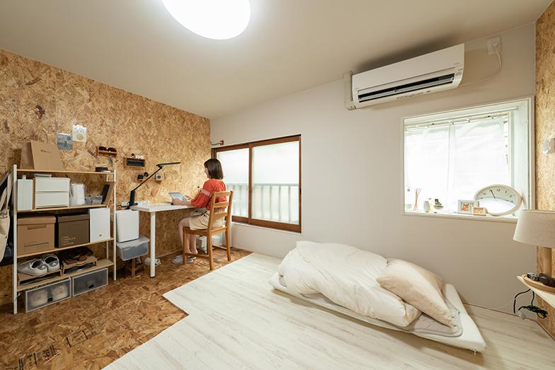 堀さんの個室は木の窓枠が残っているタイプ。全4部屋あり、1部屋あたりの広さは6畳(写真撮影/加藤淳史)