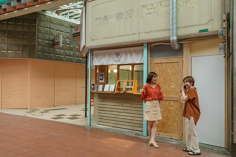 20代のふたりが商店街の風景になじんでいる(写真撮影/加藤淳史)