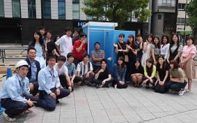 ワテラスの「帰宅困難者対応訓練」でトイレ設置訓練を終えた学生たち(写真提供:安田不動産)