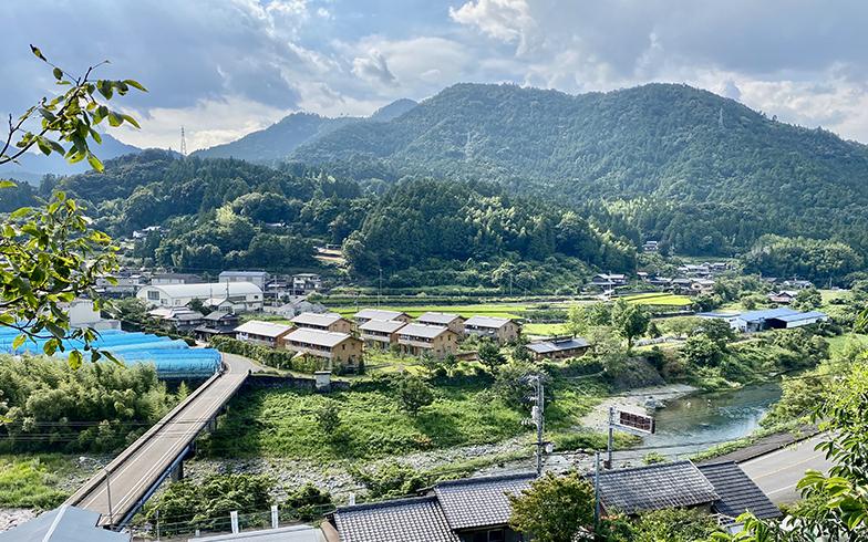 山々に囲まれ清流・鮎喰川が町の中心を流れる神山町。写真中央にあるのが大埜地の集合住宅(写真提供/神山町)