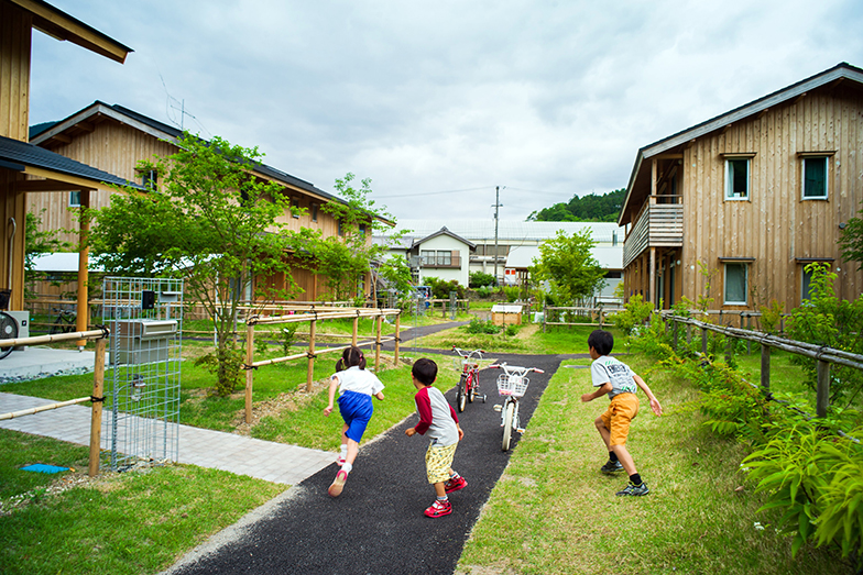 住居と駐車場が隔離された歩車分離の敷地では、子どもたちも安心して遊ぶことができる(写真提供/神山町)