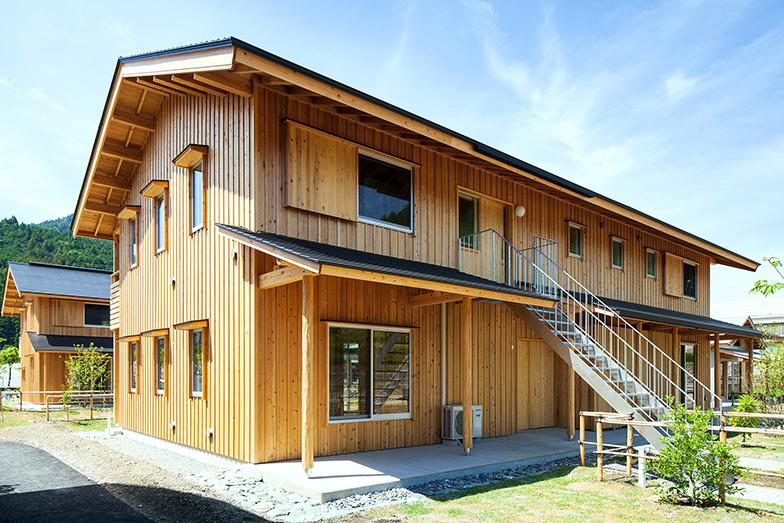 家族・夫婦用ユニットのメゾネットタイプとバリアフリー対応のフラットタイプ、そして単身用ユニットの3戸で一棟になっている集合住宅。2戸1タイプもある(写真撮影/生津 勝隆)