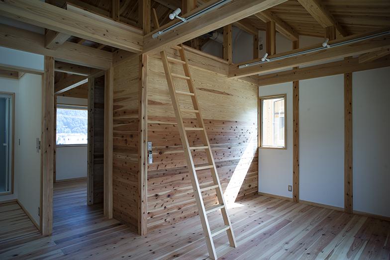 メゾネットタイプの2階の室内。室内の壁は調湿性能のある珪藻土や、健康に配慮した自然由来の塗装剤で仕上げている(写真撮影/生津 勝隆)