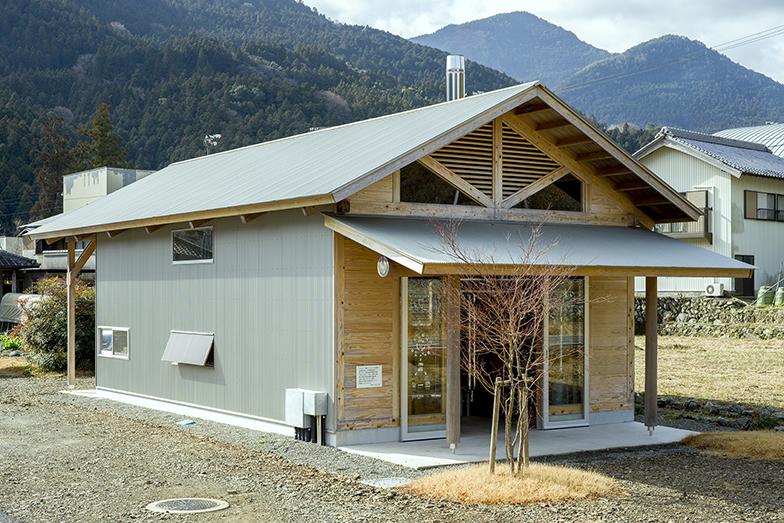 敷地内にあるエネルギー棟。木質バイオマスボイラーを使って、ここから各戸へ熱を供給する(写真撮影/生津 勝隆)