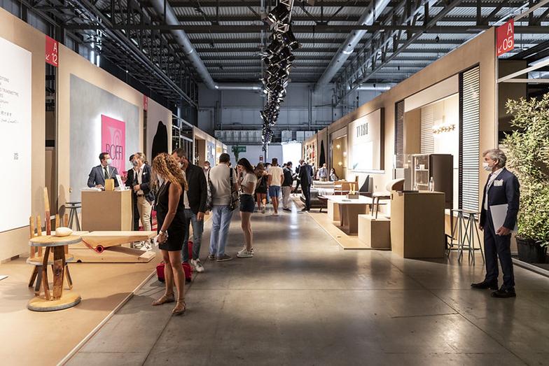 新たな展示形式はオープンな仕切りで来場者の密を避ける工夫がなされ、100%リサイクルされた木材でつくられたパネルを使用。利用後のリサイクル含め、サステナブルな運営(画像提供/Andrea Mariani by Salone del Mobile.Milano)