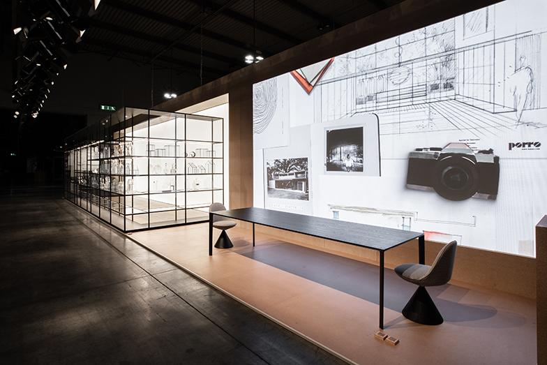 porro社:家具プロダクトの背景壁面に映像を展開する、アート・ディレクターのピエロ・リッソーニによるインスタレーション。映像では生産工程や環境への取り組みなども紹介。今年porroの38歳女性社長マリア・ポッロがSalone del Mobile.Milano新代表に就任(画像提供/porro)